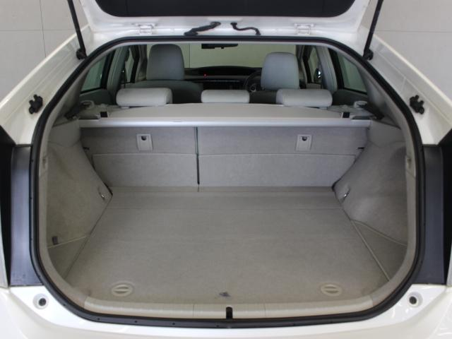 小型のハイブリッドバッテリーを最適な場所に配置しているため、通常でもラゲッジスペースは広くて平らな使いやすいデザイン。リヤシートを両側フラットにすれば頼もしい収納量です。
