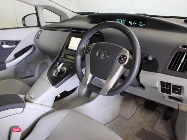 上級ファブリック(スエード調)のシート表皮が採用され、クルーズコントロールや本革巻ステアリングを備えています。
