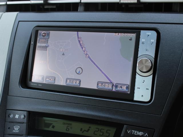 安全を考慮し、視線移動の少ない位置にセットされた純正HDDナビ!CD、DVDビデオ、フルセグTVに対応しています。
