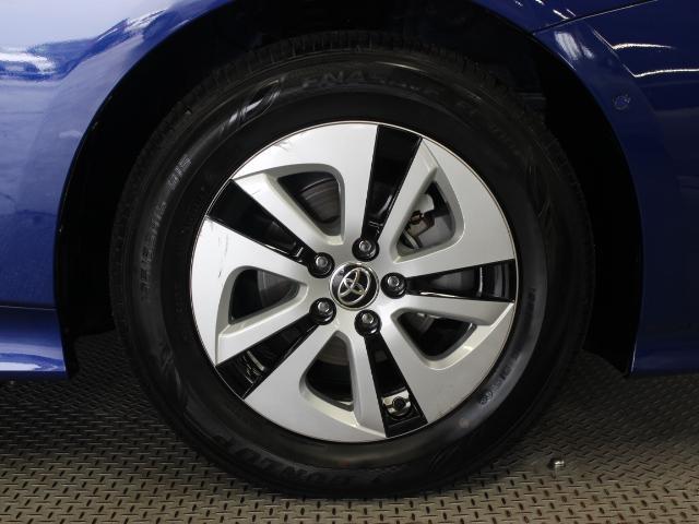 アルミホイール(ダークグレー塗装)とホイールキャップを組み合わせて軽量化と空力性能の向上を両立しています。タイヤサイズは195/65R15です。