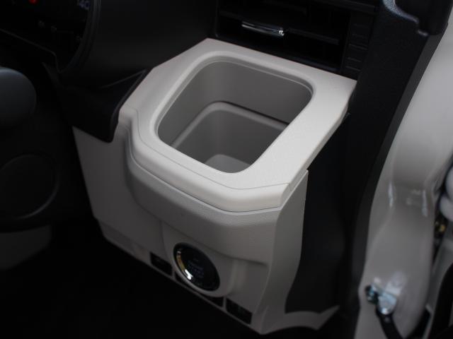 手に取りやすい位置に小物入れ兼カップホルダーが設置されています。