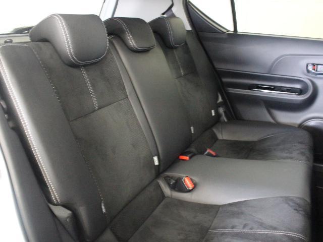 セカンドシートは表皮以外の仕様はベース車と同じで、背もたれには6:4の分割可倒機構が備われています。