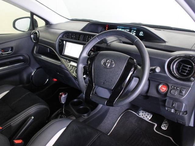 G's専用の内装色、ブラックで精悍な印象の車内です。ステアリングやシフトノブにも本革が使用されていて、ノーマルのアクアのカジュアルなイメージとは一線を画す仕上がりになっています。