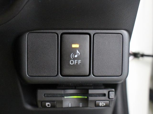 静かなハイブリッド車の接近を歩行者などに知らせる車両接近通報装置を装備しています。
