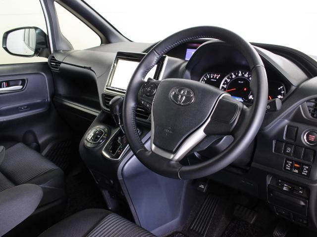ドライバーが運転しやすく、同乗者も快適に過ごせるよう、低くワイドなインストルメントパネルとすることで、広さ感、見晴らしの良さを追求しています。