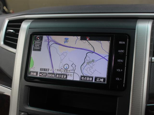 安全を考慮し、視線移動の少ない位置にセットされた純正SDナビ!CD、DVDビデオ、フルセグTVに対応しています。