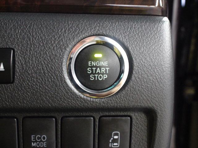 スマートキーを携帯していれば、ブレーキを踏みながらエンジンスイッチを押すだけで、エンジンが始動します。