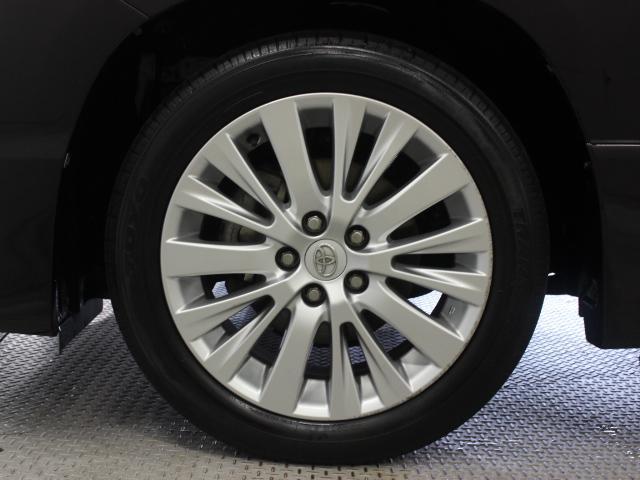純正アルミホイールは精度が高く、走行の安定性が優れています。タイヤサイズ235/50R18