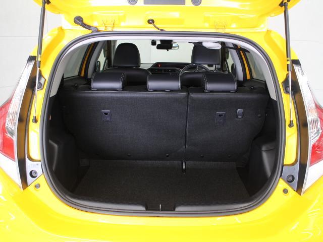 荷室はハイブリッドバッテリーを小型化し、リヤシート下に配置することで、容量305Lの広い荷室空間を実現しています。