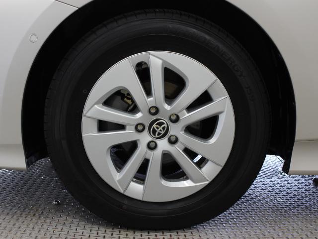 アルミホイールとホイールキャップを組み合わせて軽量化と空力性能の向上を両立しています。タイヤサイズは195/65R15です。