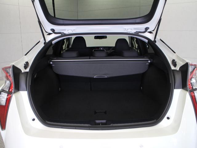 ハイブリッドバッテリーを小型化し、リアシート下へ移動することで十分なゆとりを確保。荷室容量502Lを誇る、大容量のラゲージスペースです。