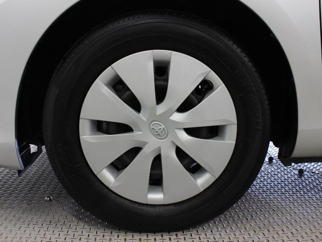 足元を汚れから守りスムーズな空気の流れに貢献するフルホイールキャップを装着しています。タイヤサイズは195/65R15です。