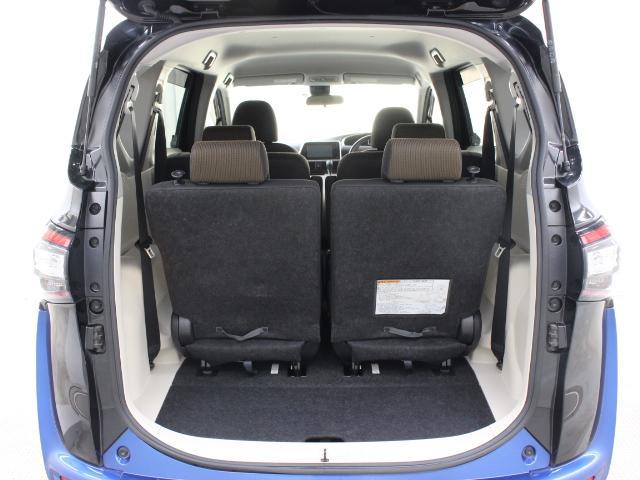 サードシートはシート幅を70mm拡大した幅広のベンチ風シートとなり、ロックを解除して前方に送り込んでセカンドシート下に格納できるダイブイン格納機構を備えています。