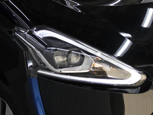 1灯の光源でロービームとハイビームの切り替え可能なBi-Beam LEDヘッドランプ(オートレベリング機能付)を採用。先進性を強調したほか、省電力にも寄与しています。