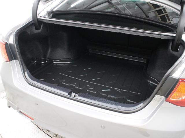 ラゲージスペースは4人分のゴルフバッグと鞄を収められるよう最大容量を拡大(480L)しています。