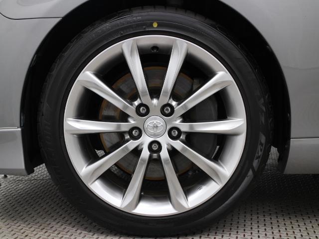 純正アルミホイールは精度が高く、走行の安定性が優れています。タイヤサイズは235/45R18です。