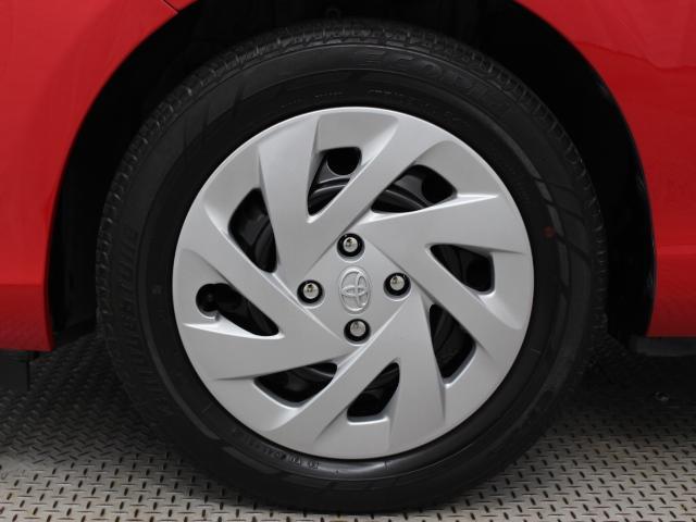 足元を汚れから守りスムーズな空気の流れに貢献する純正ホイールキャップを装着しています。タイヤサイズは175/65R15です。
