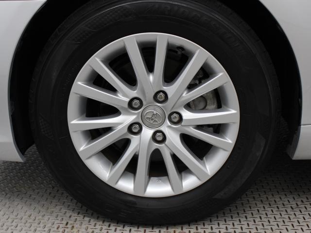 純正アルミホイールは精度が高く、走行の安定性が優れています。タイヤサイズは215/60R16です。