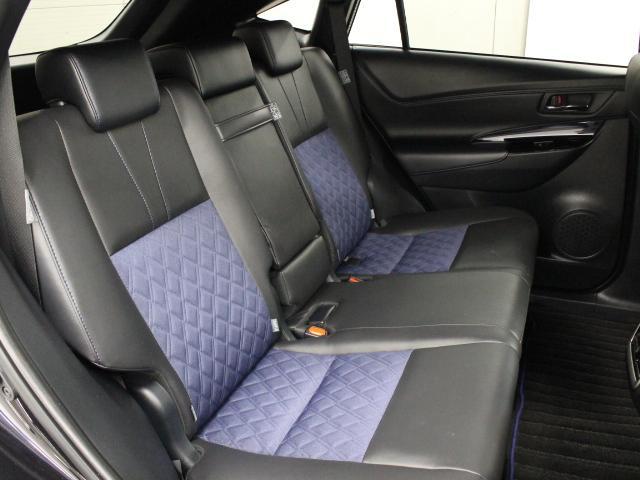 特別設定色ブラック×ブルーのシート表皮が採用されています。前後席間の間隔延長と前席シートバック形状の工夫で、ゆったりとくつろげる後席空間を確保しています。