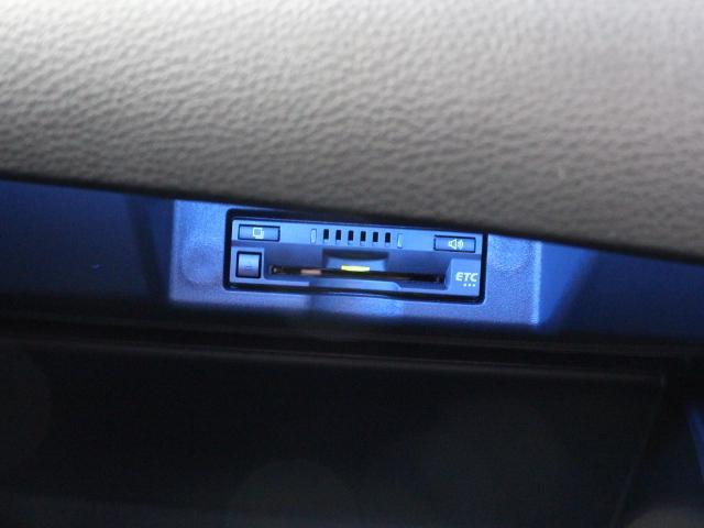 ETC車載器はビルトインタイプですっきり収納され、見た目も使い勝手も満足のアイテムです。