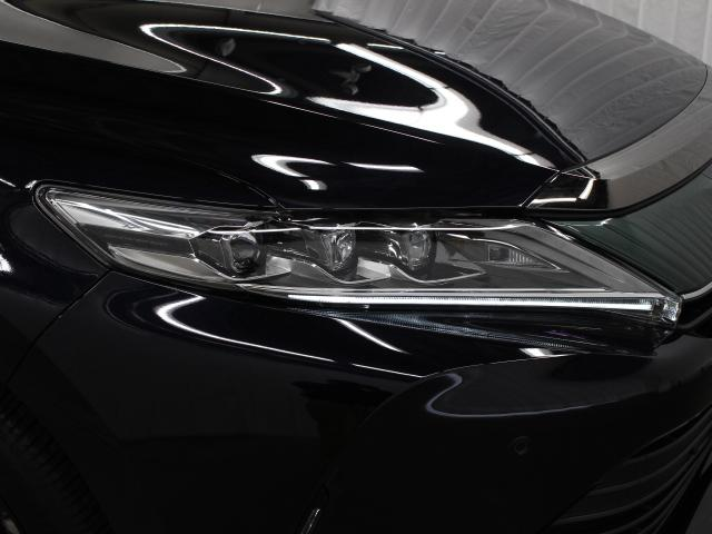 LEDヘッドランプにはアダプティブハイビームシステム「AHS」を採用。光検出カメラで車両検出をし、先行車や対向車に直接ハイビームを当てないように部分遮光します。