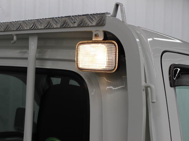 荷台作業灯が装備され、夜間の作業もスムーズに行えます。