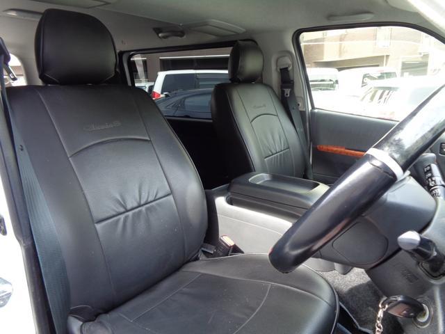 前席。黒革調シートカバー。