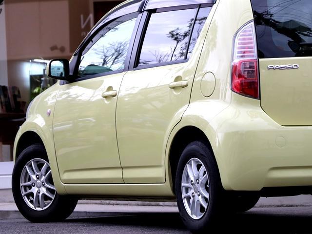 こちらのお車はアルミホイールですので、燃費が良くお財布に優しいです♪さらに、タイヤ全体の荷重が軽い為、走行性能が上がり、ハンドル操作も簡単でキレのある動きを実現でき、とても運転しやすいです★