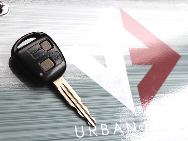こちらのお車はキーレスキー付ですので、少し離れたところからでもボタン一つで簡単に開閉可能です!!万が一外出先でリモコンの電池がなくなっても、キーで慌てず開閉でき、お車を動かすことが出来ますね♪