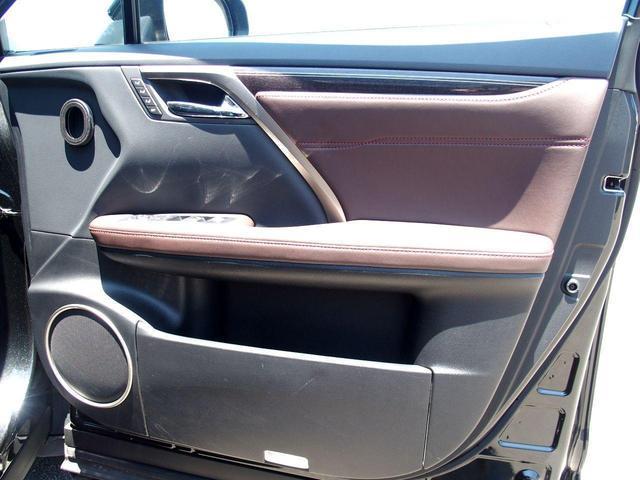 後席も広々としております。後席電動リクライニング付きですので後席の方もゆったりと乗れます。