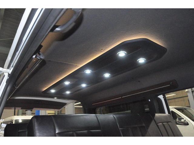 サイド家具トップパネルにはドリンクホルダーやスマホホルダーなど、車内で快適に過ごせる様工夫が施されております!