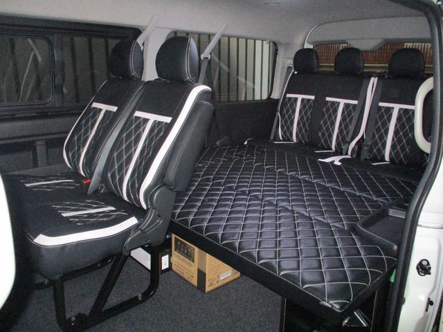 室内はW2ベッドキットにて8名乗車定員変更を施しております!シートカバーも付いて高級感があります♪