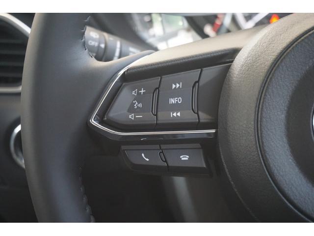 ステアリングにはオーディオの操作スイッチがございます。走行中でもステアリングから手を離すことなく操作していただけます。
