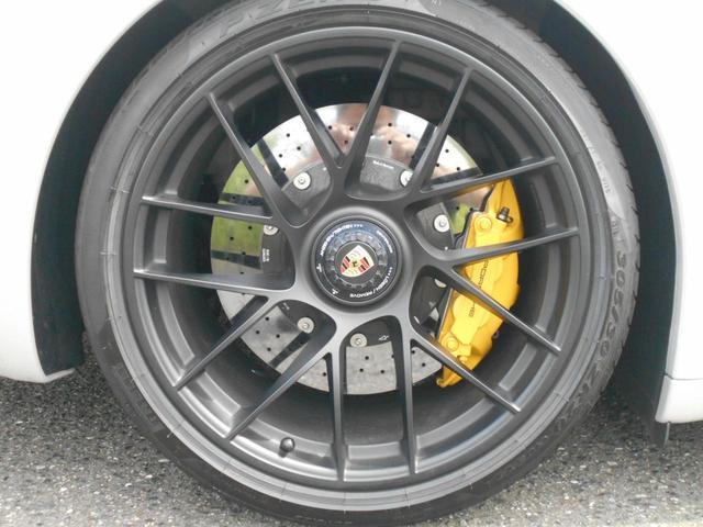 911カレラGTS 左ハンドル PCCBセラミックブレーキ スポーツクロノPKG アダプティブスポーツシート・スポーツシートプラス(18ウェイ) インテリアライトPKG PASM 20インチアルミ Fバンパーフィルム(17枚目)