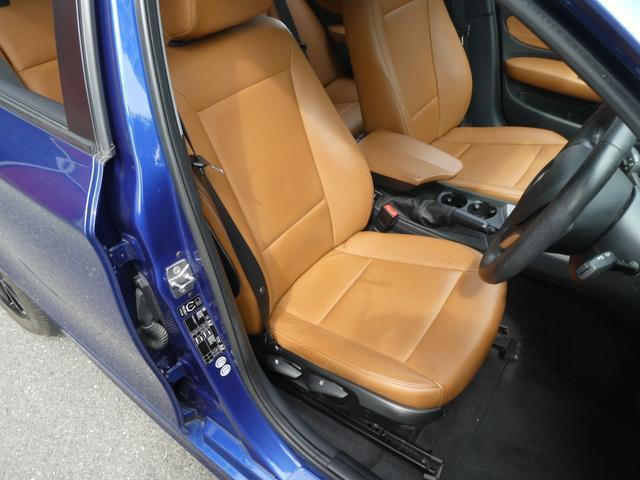 この車はキャメルブラウンの革シート仕様です!高級感満点の雰囲気を出しています。