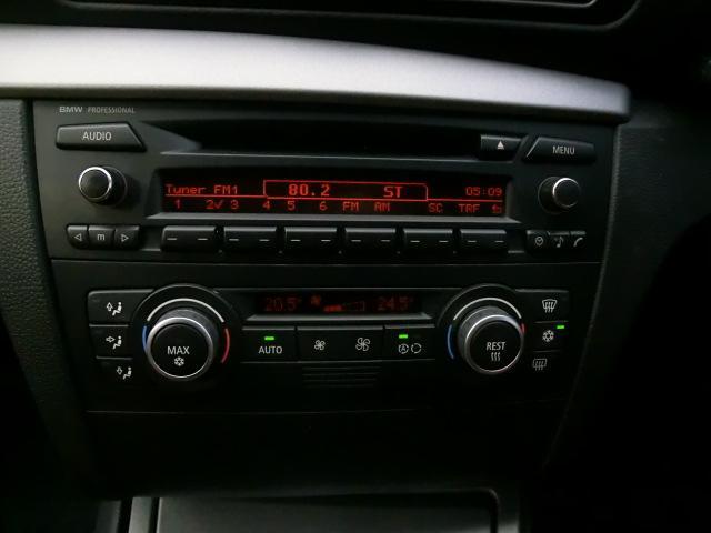 デッキはブラック調でクールなデザイン。もちろんCDも聞けますので、お客様のドライブ曲を流して、快適なドライブを堪能してください!温度調節もいじりやすいです!