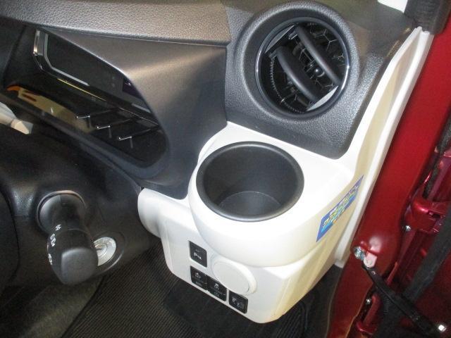 便利な堀込式カップホルダー(運転席)