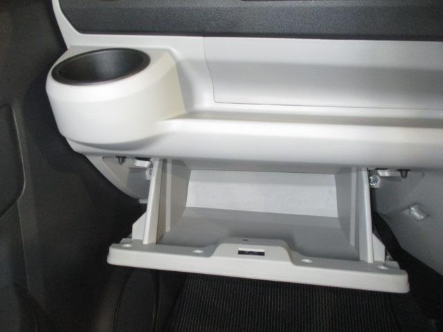 便利な堀込式カップホルダー(助手席)とインパネアッパートレイです。