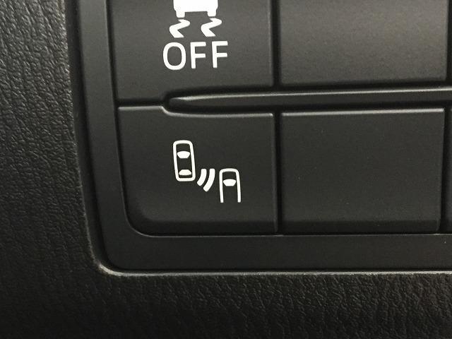 【RCTA】リアバンパーに設置した準ミリ波レーダーで、隣(左右)のレーンや後方からの接近距離を検知して、車線変更により衝突の危険性がある場合には、インジケーターや警報でドライバーに注意を促します。