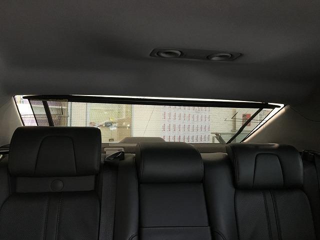 【電動リアサンシェード】高級車の後席に搭載されるサンシェードは電動格納致します。