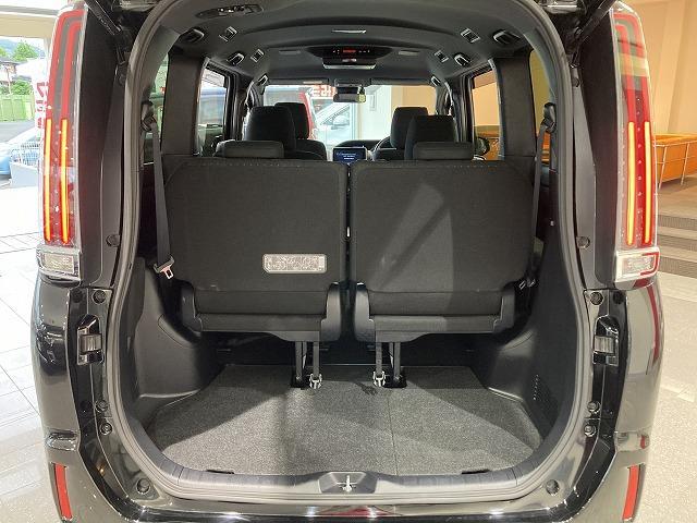 ラゲッジルームは、大容量のスペースを確保。リアシート左右に上げることで豊かに収納できます。