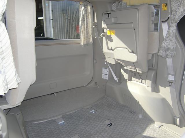 3列目シートは簡単に跳ね上げ格納が可能です♪荷物が多い時でも安心の容量が有ります♪