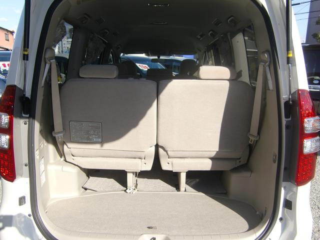荷室も容量タップリ♪3列目シートは簡単に跳ね上げ格納が可能です♪荷物が多い時でも安心の容量ですよ(>。<)♪