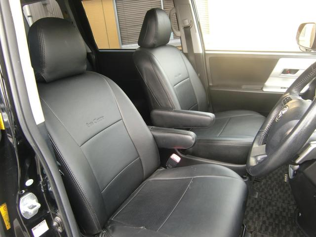 アームレスト付きの広々フロントシートです☆全席に専用の黒レザーシートカバー付き!汚れもスグに拭き取れて、室内もカッコ良くなっていますよ(>。<)♪