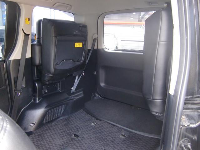 3列目シートは簡単に跳ね上げ格納が可能です♪荷物が多い時でも安心の容量が有りますよ(>。<)♪