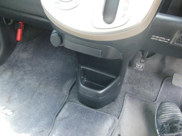 嬉しいドリンクホルダーや収納スペースが、車内各所に装備されています♪