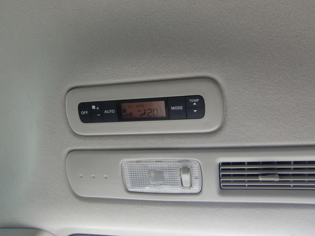 2列目の天井には、リアエアコンの操作スイッチが有ります♪前後で違う温度設定が可能なダブルエアコン搭載車です☆