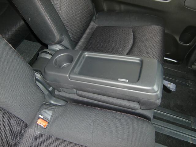 センターシートのアームレストは中が小物入れになっています♪ドリンクホルダー付きの便利な装備ですね♪