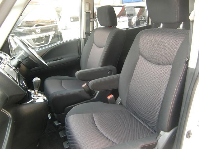 アームレスト付きの広々フロントシート♪セレナは、ベンチシートやウォークスルーにもアレンジ可能なマルチシート採用車です☆
