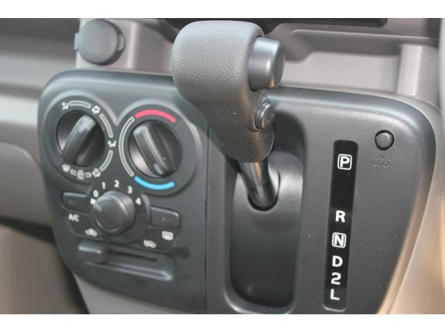 マニュアルタイプのエアコンです。操作は簡単でシンプルなタイプです。4速AT車両となります。